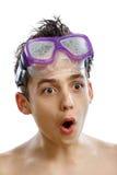 Plongeur de garçon dans le masque de natation avec un portrait en gros plan de visage heureux, d'isolement sur le blanc Photo stock