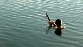 Plongeur de lac de flèche de bride banque de vidéos