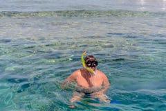 Plongeur de peau outre d'un récif tropical en mer photos stock