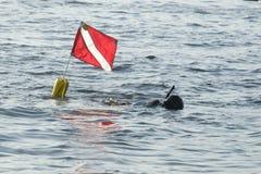 Plongeur de prise d'air avec le drapeau Images libres de droits