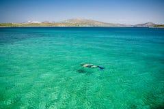Plongeur en mer de paradis Images stock