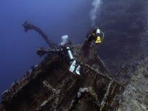 Plongeur et épave Photographie stock