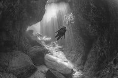 Plongeur Inside de Beaytiful Latina un canyon Images libres de droits