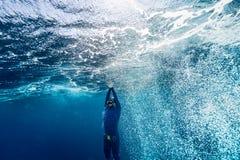 Plongeur libre montant de la profondeur Photo libre de droits