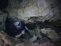 Plongeur Rises - repaire de caverne de diables Photo libre de droits