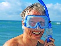 Plongeur s'usant un masque contre de la vague déferlante. Photographie stock libre de droits