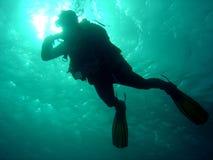 Plongeur se laissant tomber vers le bas image libre de droits