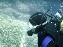 Plongeur sous-marin en monde sous-marin Photographie stock