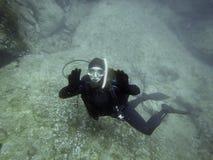 Plongeur sous-marin en monde sous-marin Photo libre de droits