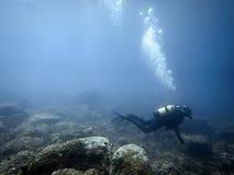 Plongeur sous-marin en monde sous-marin Image libre de droits