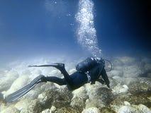 Plongeur sous-marin en monde sous-marin Images stock