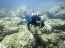 Plongeur sous-marin en monde sous-marin Image stock
