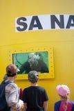 Plongeur sud-africain de marine dans le réservoir pendant un affichage public Image libre de droits