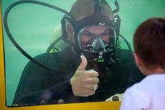 Plongeur sud-africain de marine dans le réservoir pendant un affichage public Image stock