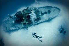 Plongeur sur l'épave de bateau Photo libre de droits