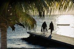 Plongeurs à la plage sablonneuse sur une île des Caraïbes photos stock
