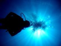 plongeurs au-dessus du soleil de sihluate image stock
