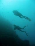 Plongeurs autonomes de Sipadan Photographie stock libre de droits