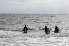 Plongeurs autonomes entrant dans l'océan Photos libres de droits