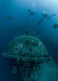 Plongeurs autonomes explorant le naufrage solides solubles Thistlegorm Image stock