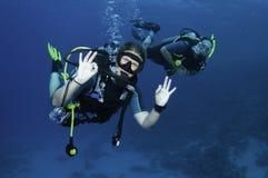 Plongeurs autonomes heureux Photo libre de droits