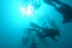 Plongeurs autonomes sous-marins chez Khao Lak, Thaïlande images libres de droits