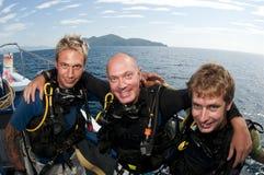 Plongeurs autonomes sur le piqué de befor de bateau Photos libres de droits