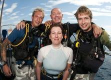 Plongeurs autonomes sur le piqué de befor de bateau Photos stock