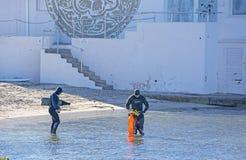 Plongeurs dans l'eau entrante de pleine vitesse photographie stock libre de droits