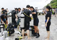 Plongeurs disposant à plonger, Koh Nanguan, Thaïlande Image stock