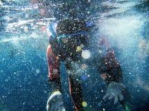 Plongeurs et mousse d'une mer Image libre de droits