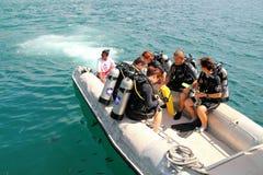 Plongeurs sur le bateau de vitesse images libres de droits