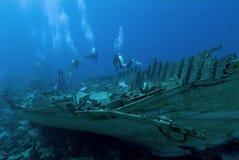 Plongeurs sur une épave Photographie stock libre de droits