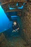Plongeuse de femme sur l'épave de bateau Photo libre de droits