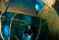 Plongeuse de femme sur l'épave de bateau Image libre de droits