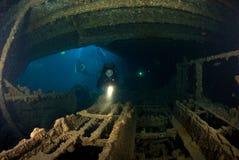 Plongeuse de femme sur l'épave de bateau Photographie stock