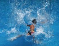 Plons in het zwembad Royalty-vrije Stock Afbeeldingen
