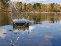 Plons op een bedaard oppervlakte van water royalty-vrije stock afbeelding