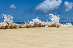 Plons van de pret de Oceaangolf omhoog op het strand royalty-vrije stock foto