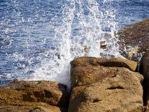 Plons van golf op rotsen op kustlijn Royalty-vrije Stock Afbeelding