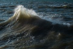 Plons van oceaangolven tegen de achtergrond van kalm water royalty-vrije stock foto's