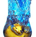 Plons van vloeistof in een glas Stock Fotografie