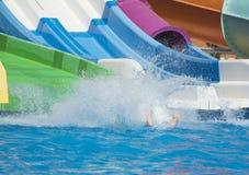 Plons van water van persoon in zwembad Stock Fotografie