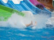 Plons van water van persoon in zwembad Royalty-vrije Stock Afbeeldingen