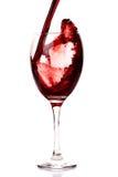 Plons van wijn in een glas Stock Afbeeldingen