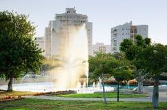 Plonsen van fonteinwater bij zonsondergang Stock Afbeelding