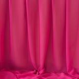 Plooiende elegante roze chiffon of satijntextuur als achtergrond Stock Afbeeldingen