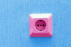 Plot électrique rose sur le mur bleu Photos stock