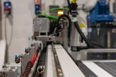 Plotador grande do cnc do profissional, processando um grupo da grande escala de painéis da espuma para o projeto da exposição fotografia de stock