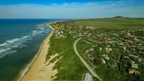 Plotagraph video av en by för feriesemesterort på kusten arkivfilmer